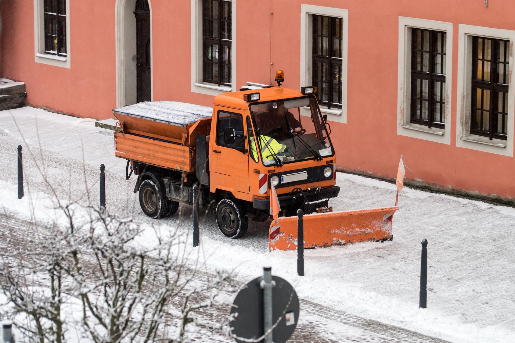 Winterdienst / Winterdienst bei der Arbeit